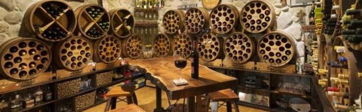 cave-vins-barriques-rangement-table-tabourets-bar